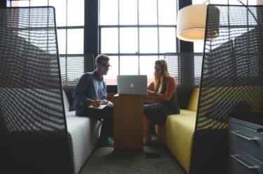 男性が意識している態度って?職場で好きな女性にとる態度や気になる女性にとる態度などの脈あり好きサインを見逃すな!
