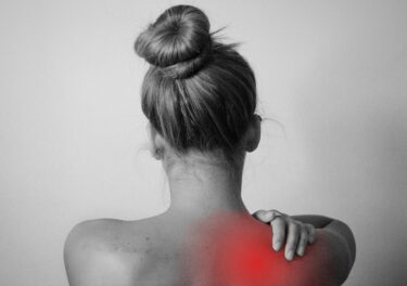 右肩か左肩が痛いときにスピリチュアルなメッセージがある!肩が痛くなりやすい人や痛みの度合い&対処方法