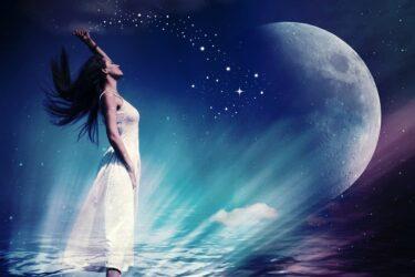 上弦の月と下弦の月|スピリチュアルな意味と恋愛運に与える影響&運気が上がる過ごし方